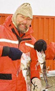 pq__Un-pescador-con-dos-merluzas.JPG