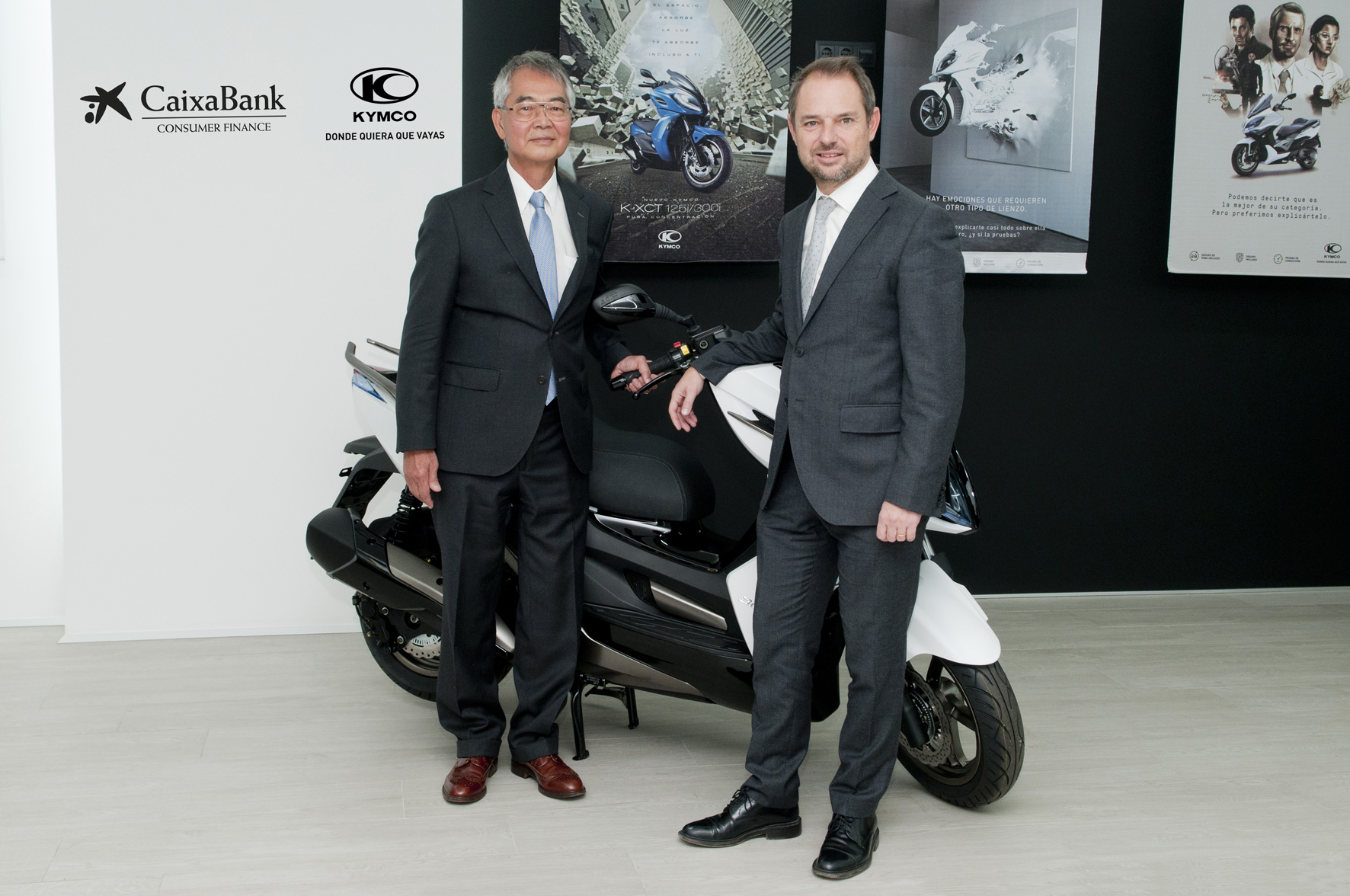 El presidente de KYMCO España, Shiao Song Ko, y el director general de CaixaBank Consumer Finance, Jordi Maymó.