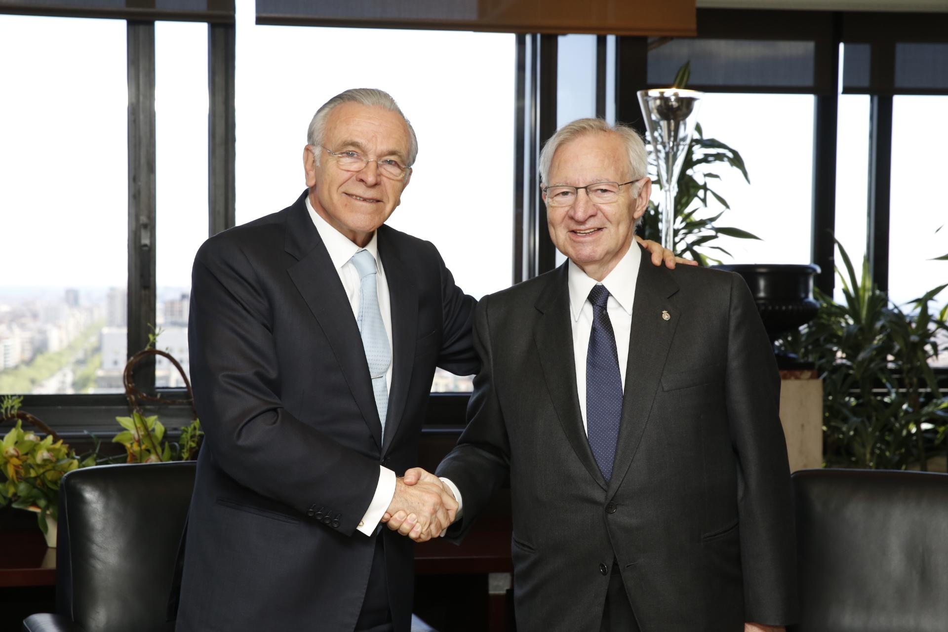 Isidro Fainé y Miquel Valls, durante la firma del acuerdo.