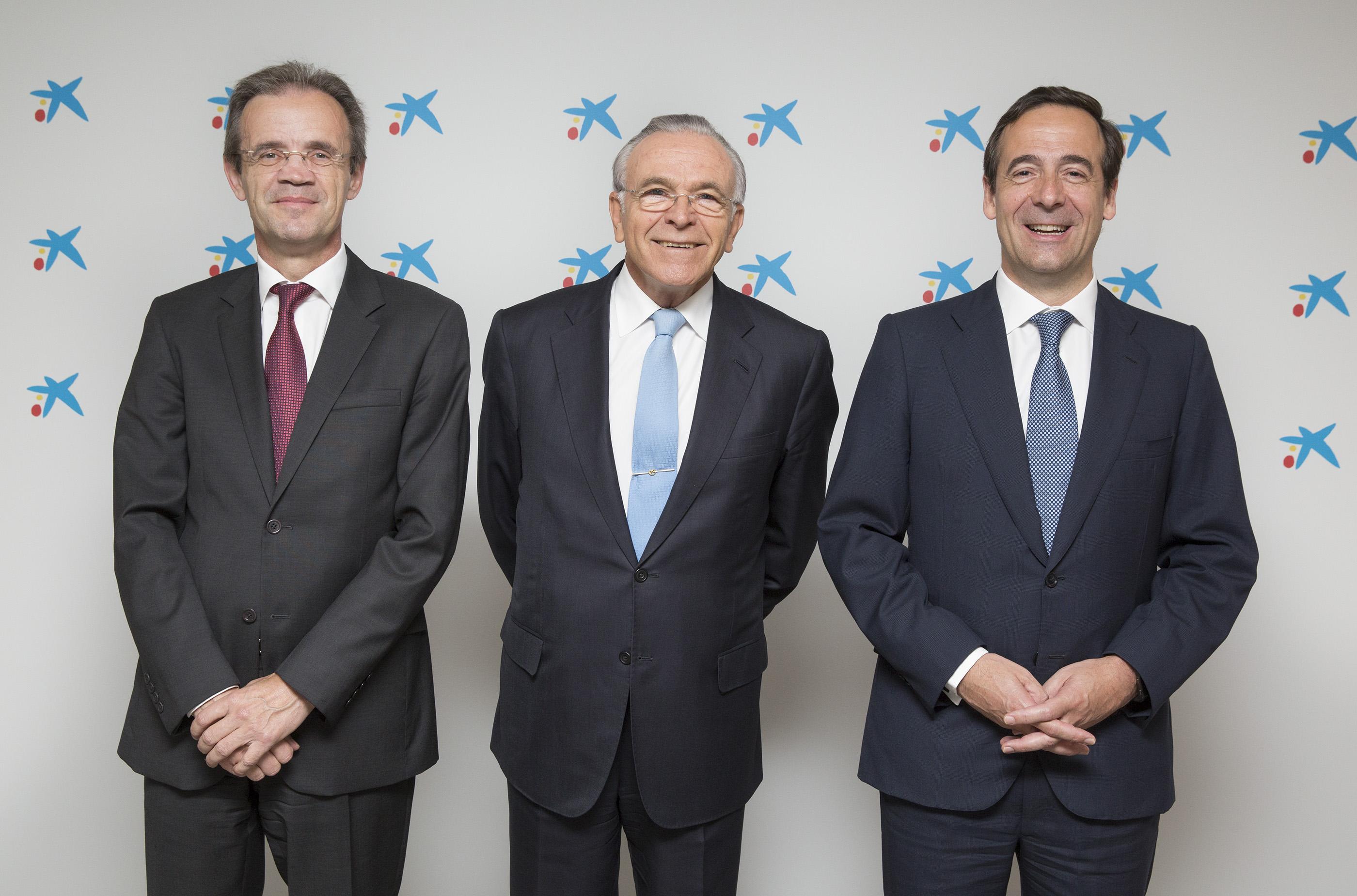 Jordi Gual, presidente de CaixaBank; Isidro Fainé, presidente de la Fundación Bancaria -la Caixa- y Gonzalo Gortázar, consejero delegado de CaixaBank