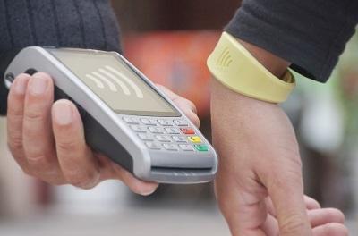 Imagen de la pulsera Visa -contactless- de CaixaBank