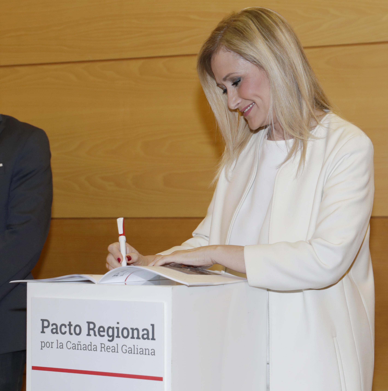 CIFUENTES FIRMA EL PACTO REGIONAL POR LA CAÑADA REAL GALIANA CON LOS ALCALDES DE LOS MUNICIPIOS AFECTADOS, LOS PORTAVOCES PARLAMENTARIOS Y LA DELEGADA DEL GOBIERNO La presidenta de la Comunidad de Madrid, Cristina Cifuentes, firma el Pacto Regional por la Cañada Real Galiana con los alcaldes de Madrid, Coslada y Rivas Vaciamadrid, los portavoces de los cuatros grupos parlamentarios de la Asamblea de Madrid y con la delegada del Gobierno en la Comunidad.   Foto: P.González / Comunidad de Madrid