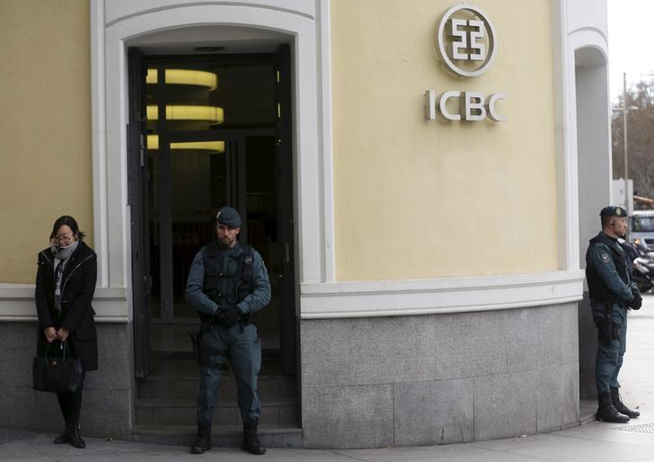 Spanish Civil Guard officers stand in front of the entrance of the headquarters of Industrial and Commercial Bank of China (ICBC) during a raid in Madrid, Spain, February 17, 2016. REUTERS/Sergio Perez