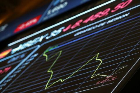 """GRA008. MADRID, 19/08/2016.- Panel informativo de la Bolsa de Madrid, que muestra la evolución del principal indicador, el IBEX 35, que se ha dado la vuelta tras el inicio de la sesión y minutos después pierde un 0,47 %, un porcentaje con el que pone en peligro la barrera de los 8.500 puntos. Así, pocos minutos después de las 9:10 horas, el IBEX 35 desciende hasta los 8.510 puntos, al perder 10 unidades, y suma así unas pérdidas anuales del 10,85 %, lastrada por el mal comportamiento que registra hoy el sector bancario. Además, en la semana se deja ya un 2,38 %, lo que la convierte en la peor desde el """"brexit"""". EFE/Juan Carlos Hidalgo"""
